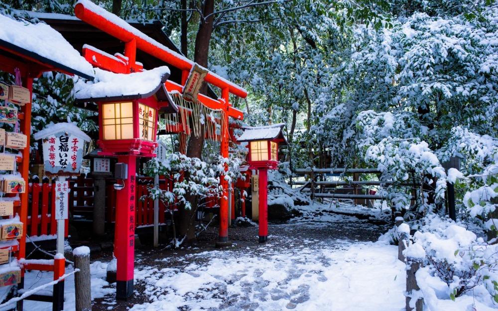 torii-gate-of-nonomiya-shrine-in-kyoto-winter-snow